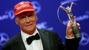 El piloto austríaco Niki Lauda posa con el premio Laureus durante la ceremonia en Berlín, el 18 de abril de 2016.