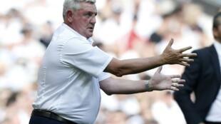 L'entraîneur anglais Steve Bruce, dont l'arrivée à la tête de Newcastle a été officialisée mercredi, dirige les footballeurs d'Aston Villa pendant un match contre Fulham, le 26 mai 2018 à Londres