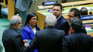 La vicepresidenta de Venezuela, Delcy Rodríguez, habla con el ministro de Relaciones Exteriores de Irán, Javad Zarif, mientras asisten a la 74ª sesión de la Asamblea General de las Naciones Unidas, en la sede de la ONU en Nueva York, Nueva York, EE. UU., el 27 de septiembre de 2019.