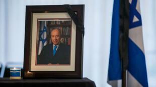 Le président de l'Autorité palestinienne, Mahmoud Abbas, est le seul représentant des pays arabes à s'être rendu aux obsèques de Shimon Peres en Israël.