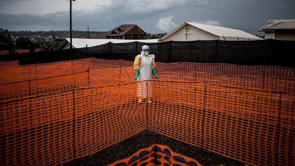 Un trabajador sanitario espera en un centro de tratamiento del ébola en Bunia, República Democrática del Congo, el 7 de noviembre de 2018