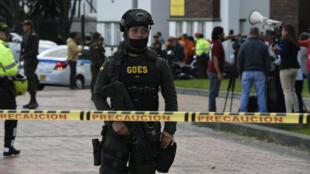 Les forces de sécurité colombiennes sur le site de l'attentat à la voiture piégée à Bogota, le 17 janvier.
