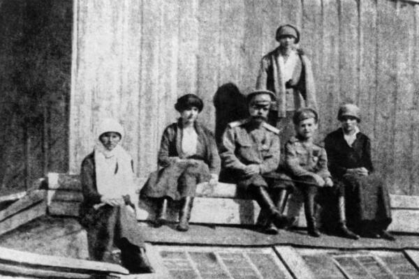 La familia imperial unos días antes de su asesinato en Ekaterimburgo