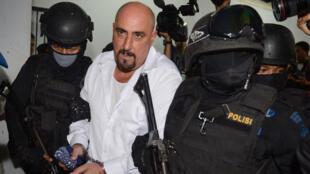 Serge Atlaoui, escorté par des commandos indonésiens, se rendant à une audition le 11 mars 2015, dans la banlieue de Jakarta.