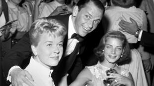 Doris Day, Frank Sinatra (C) y Lauren Bacall (R) posan en el Sands Hotel-Casino en las Vegas, Nevada, EE. UU. el 14 de septiembre de 1956.