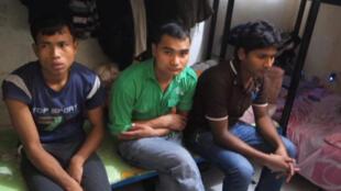 عمال من نيبال في مسكنهم بقطر