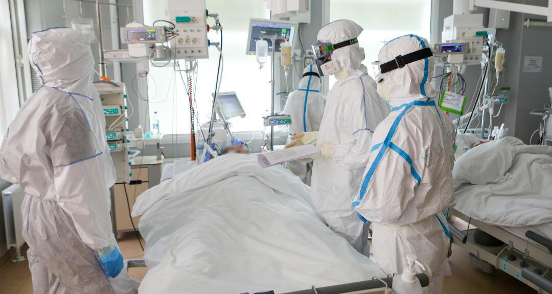 Especialistas médicos tratan a un paciente en una unidad de cuidados intensivos. Moscú, Rusia, el 20 de mayo de 2020.