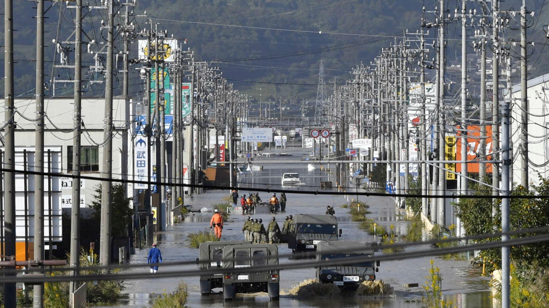 Una zona residencial inundada por el río Chikuma, causada por el tifón Hagibis, se ve en Nagano, Japón central , el 13 de octubre de 2019, en esta foto tomada por Kyodo.
