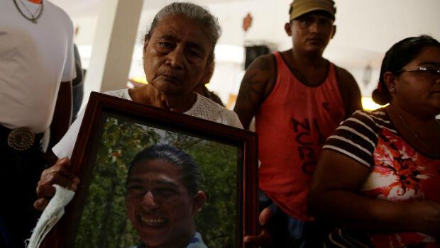 Ana Rosa Campos con una foto de Yeiner Campos, asesinado durante la protesta antigubernamental del 29 de junio de 2018 en Masaya, Nicaragua.