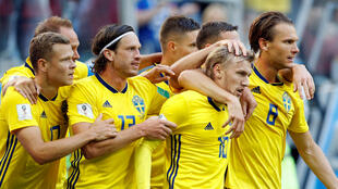 Jugadores suecos celebran con Emil Forsberg el go que les dio la clasificación a la siguiente ronda
