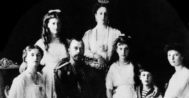 Retrato de la familia imperial rusa: La gran duquesa Olga, el zar Nicolás II, la gran duquesa Anastasia, el zarévich Alekséi, la gran duquesa Tatiana, la gran duquesa María y la zarina Alejandra Fiódorovna.