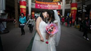 Deux militantes des droits des homosexuels s'embrassent en public, le 8 mars 2011 à Wuhan.