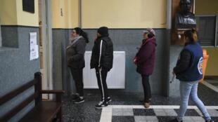 Les électeurs uruguayens faisant la queue dans un bureau de vote lors d'élections primaires à Montevideo, le 30juin2019.