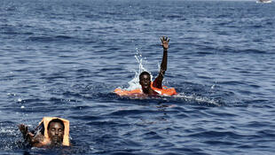 مهاجرون يطلبون المساعدة قبالة السواحل الليبية في 4 تشرين الأول/أكتوبر 2016