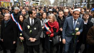Plusieurs personnalités politiques comme le ministre de l'Intérieur Gérard Collomb, le patron de LREM Christophe Castaner ou le président de LR Laurent Wauquiez ont participé, mercredi 28 mars 2018 à Paris, à la marche blanche en mémoire de Mireille Knoll.