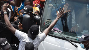 Didier Drogba à bord d'un bus salue ses supporters après avoir déposé sa candidature à la présidence de la Fédération ivoirienne, le 1er août 2020 à Abidjan