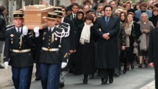 Les proches de François Mitterrand, dont sa femme Danielle et son fils Jean-Christophe, suivent son cercueil, le 11 janvier 1996 à Jarnac, lors de ses obsèques, trois jours après son décès.