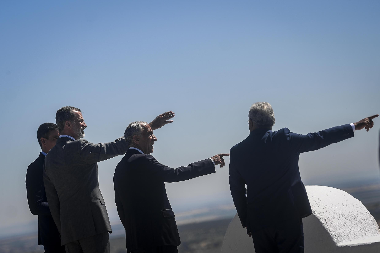 El rey Felipe VI de España (2º izq), el presidente español, Pedro Sanchez (izq), y el presidente y el primer ministro de Portugal, Marcelo Rebelo de Sousa y Antonio Costa (drcha), respectivamente, el 1 de julio de 2020 en Elvas.