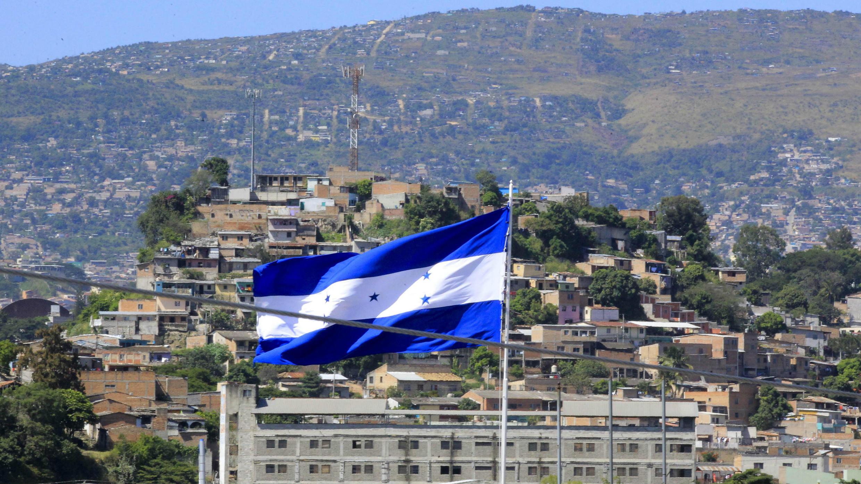 Vista panorámica de Tegucigalpa, capital de Honduras, con una bandera de ese país en el centro, el 21 de noviembre de 2017.