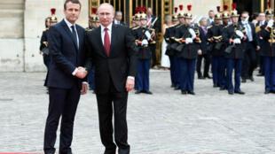 Emmanuel Macron a accueilli Vladimir Poutine sur le perron du château de Versailles, le 29 mai.