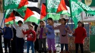أطفال يلوحون بالعلم الفلسطيني وراية الحركة الإسلامية في مدينة أم الفحم على بعد ستين كلم شمال تل أبيب في 17 كانون الثاني/يناير 2017