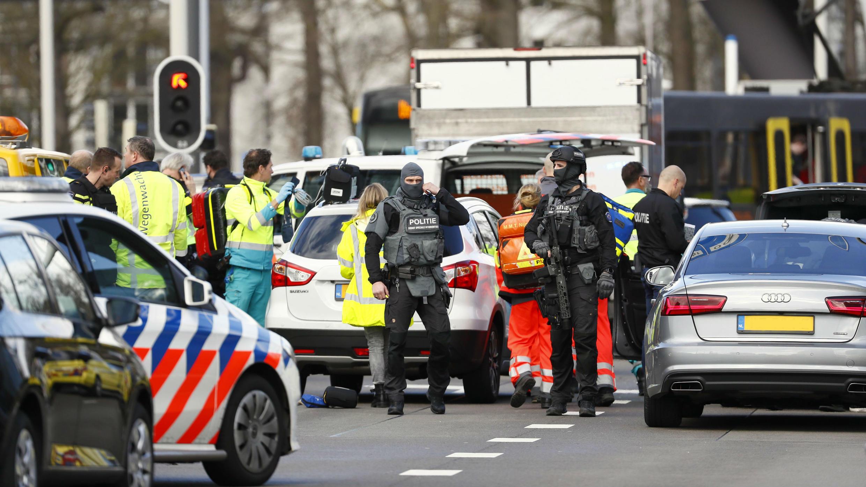 Servicios de emergencia investigan el tiroteo ocurrido en la ciudad neerlandesa de Utrecht. 18 de marzo de 2019.
