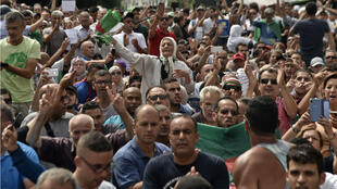 Des algériens en train de manifester dans les rues de la capitale, Alger, le 17 septembre 2019.