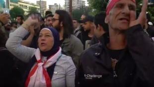 Des manifestants postés devant la banque centrale du Liban, à Beyrouth.