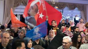 Des partisans de Recep Tayyip Erdogan à un meeting privé à Kelsterbach, en Allemagne, le 6 mars 2017.