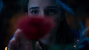 """Emma Watson incarne Belle dans """"la Belle et la Bête""""."""