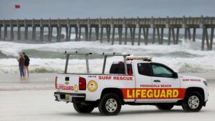 Los socorristas patrullan la playa antes del huracán Michael en Pensacola, Florida, EE. UU., el 9 de octubre de 2018.