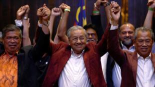 Mahathir Mohamad, exprimer ministro de Malasia y candidato de la oposición por Pakatan Harapan (Alianza de la Esperanza) reacciona durante una conferencia de prensa después de las elecciones generales, en Petaling Jaya, Malasia, el 9 de mayo de 2018.