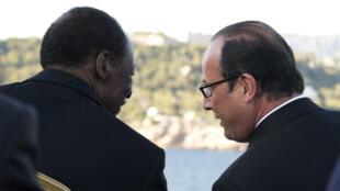 François Hollande et Blaise Compaoré discutent durant une parade navale, au large de Toulon, le 15 août 2014.