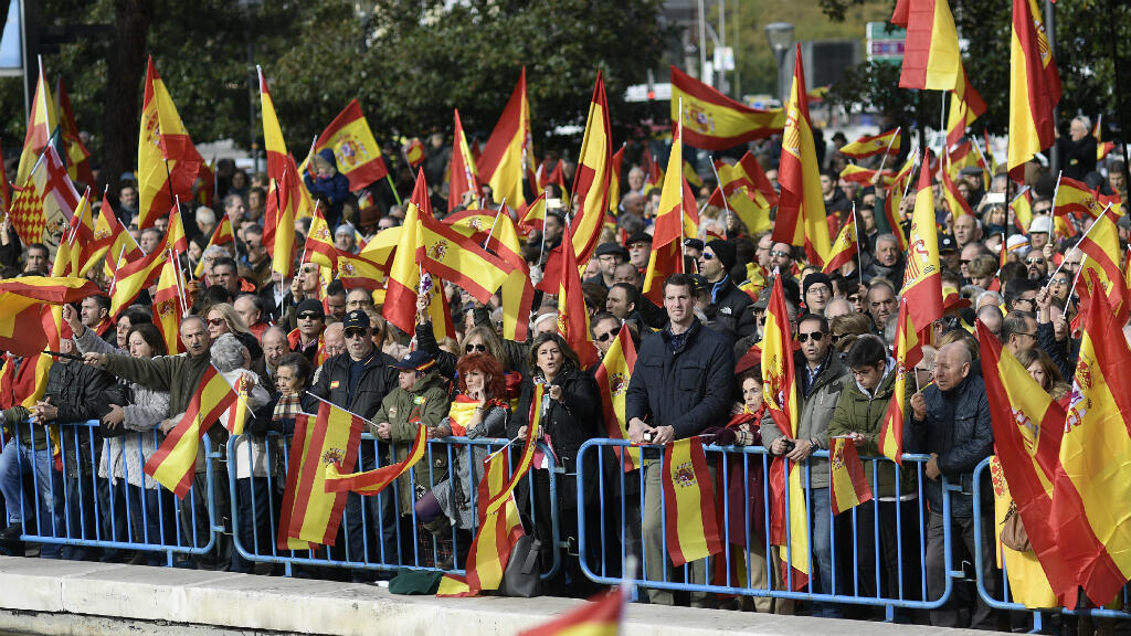 Manifestantes sostienen banderas españolas durante una concentración convocada por el partido de extrema derecha Vox contra los separatistas catalanes el 1 de diciembre de 2018 en Madrid, España.