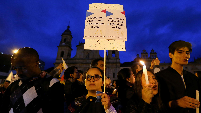 Una mujer sostiene una pancarta mientras participa en una protesta contra el asesinato de activistas sociales, en Bogotá, Colombia, el 6 de julio de 2018.