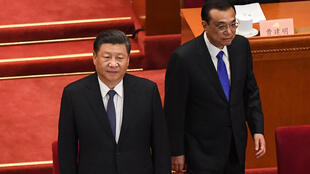الرئيس الصيني شي جينبينغ (يسار) ورئيس الوزراء  لي كي تشيانغ (يمين) يصلان إلى قصر الشعب في بكين في 21 أيار/مايو 2020