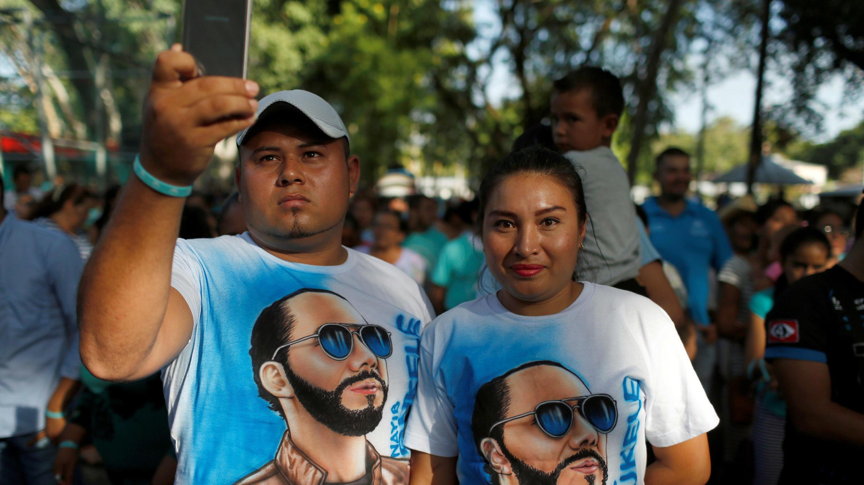 Dos seguidores del candidato presidencial Nayib Bukele, de la Gran Alianza por la Unidad Nacional (GANA), participan en un mitin de campaña en San Luis Talpa, El Salvador, el 5 de enero de 2019.