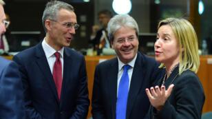 Le secrétaire général de l'Otan Jens Stoltenberg (à g.), le ministre italien des Affaires étrangères, Paolo Gentiloni (au centre) et la chef de la diplomatie européenne, Federica Mogherini (à d.), à Bruxelles le 18 mai 2015.