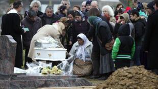 La famille avait finalement enterré l'enfant au cimetière de Wissous, à sept kilomètres de Champlan.
