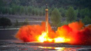 Cette image rendue publique le 15 mai 2017 par les autorités nord-coréennes montre le tir d'un missile balistique.