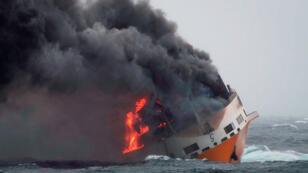 Le navire italien Grande America en flammes dans le Golf de Gascogne en France, le 12 mars 2019.