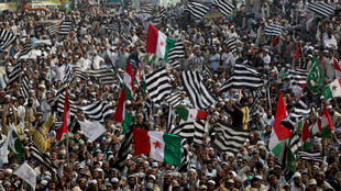 Supporters of Islamist party Jamiat Ulema-i-Islam-Fazal (JUI-F)  at a rally in Lahore, Pakistan, calling for PM Imran Khan's resignation, Oct. 30, 2019.