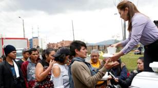 Decenas de venezolanos recibieron atención a su llegada al terminal de Bogotá. La capital colombiana ha sido uno de los principales destinos de la migración venezolana.