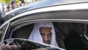 Fotografía de archivo que muestra al fiscal general de Arabia Saudita, Saud al Moyeb, mientras abandona el consulado en Estambul, Turquía, el 30 de octubre de 2018. Moyeb anunció este 15 de noviembre de 2018 que ha pedido la pena de muerte para cinco personas acusadas del asesinato del periodista Jamal Khashoggi y que ha presentado cargos contra otros seis, además de asegurar que el príncipe heredero, Mohamed bin Salman, no estaba al tanto del crimen.