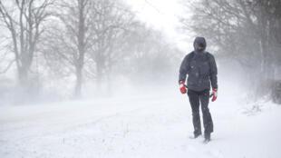 Un hombre camina a lo largo de la carretera A53 Buxton, cerrada debido a fuertes nevadas, cerca de Leek, Gran Bretaña, el 1 de marzo de 2018.