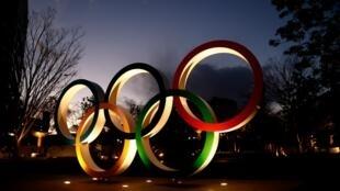 Les anneaux olympiques bien en placà proximité du ctade national de Tokyo-2020, le 8 janvier 2021, à 200 jours des Jeux olympiques et paralympiques