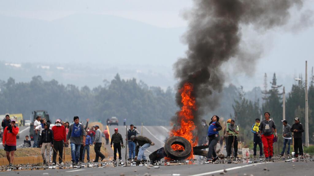 Manifestantes bloquean una carretera en medio de enfrentamientos con soldados. Lasso, Ecuador, el 6 de octubre de 2019.