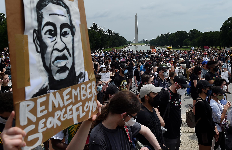Des manifestants se sont rassemblés devant le Lincoln Memorial le 6 juin 2020 à Washington.