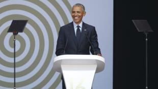 Barack Obama durant son discours d'hommage à Nelson Mandela dans un stade de Johannesbourg
