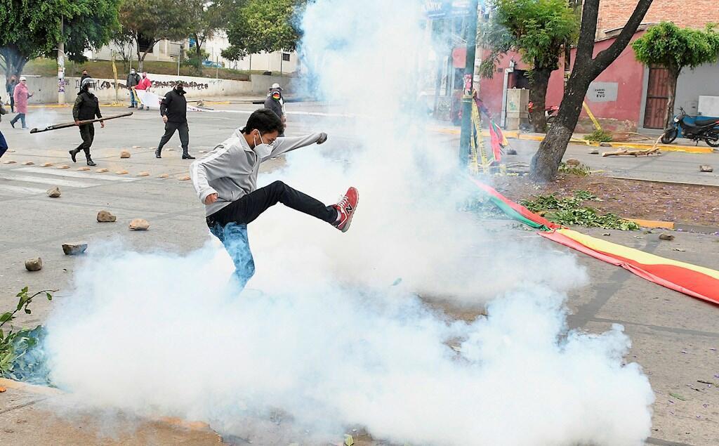 Sectores cívicos opositores al Gobierno se enfrentaron a miembros de la policía durante un bloqueo en el que exigían la anulación del proyecto de ley 218 contra la legitimación de ganancias ilícitas y financiamiento al terrorismo, hoy en Cochabamba, Bolivia. 11 de octubre de 2021.